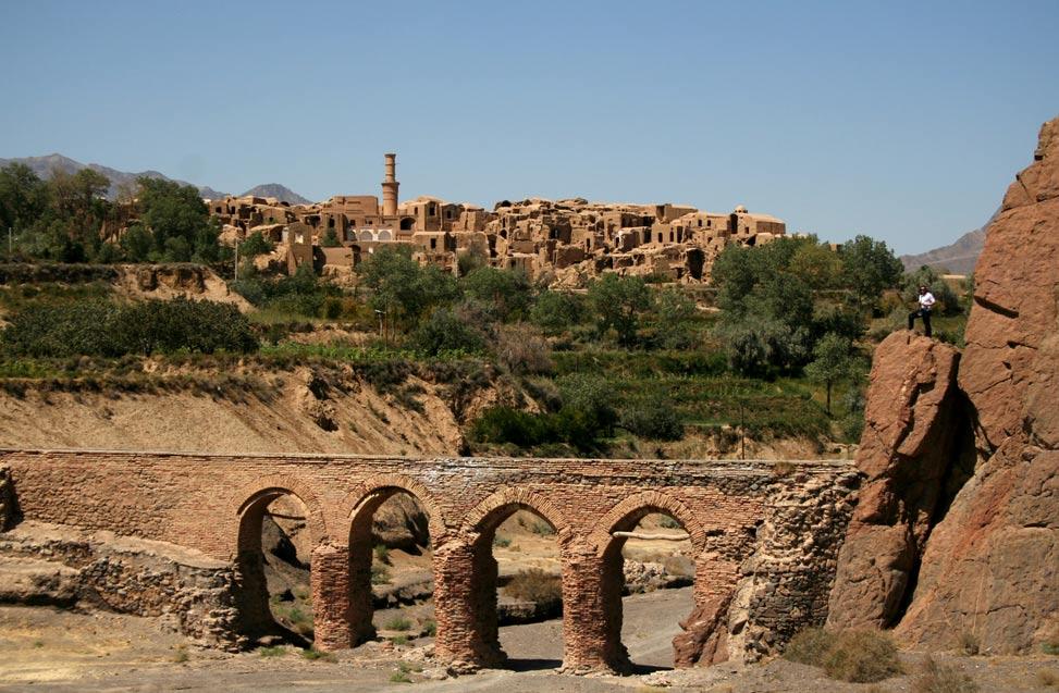 El antiguo puente de Kharanaq, con la Ciudad Vieja al fondo. (Wikimedia Commons)