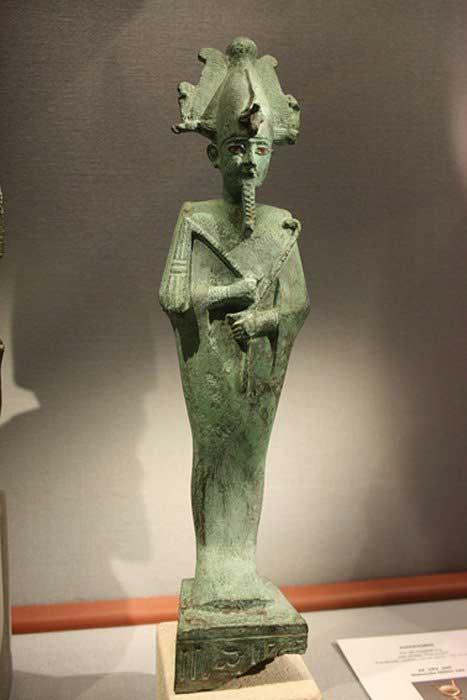 Osiris con una corona de Atef realizada en bronce en el Naturhistorisches Museum (Viena). (CC BY SA 3.0)
