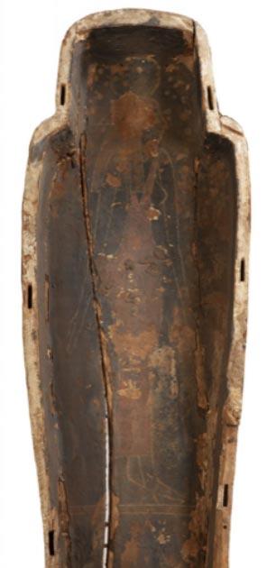 Figura pintada de la diosa egipcia en la base interna del comedero del sarcófago. (Museo y Galería de Arte de Perth / Cultura Perth y Kinross)