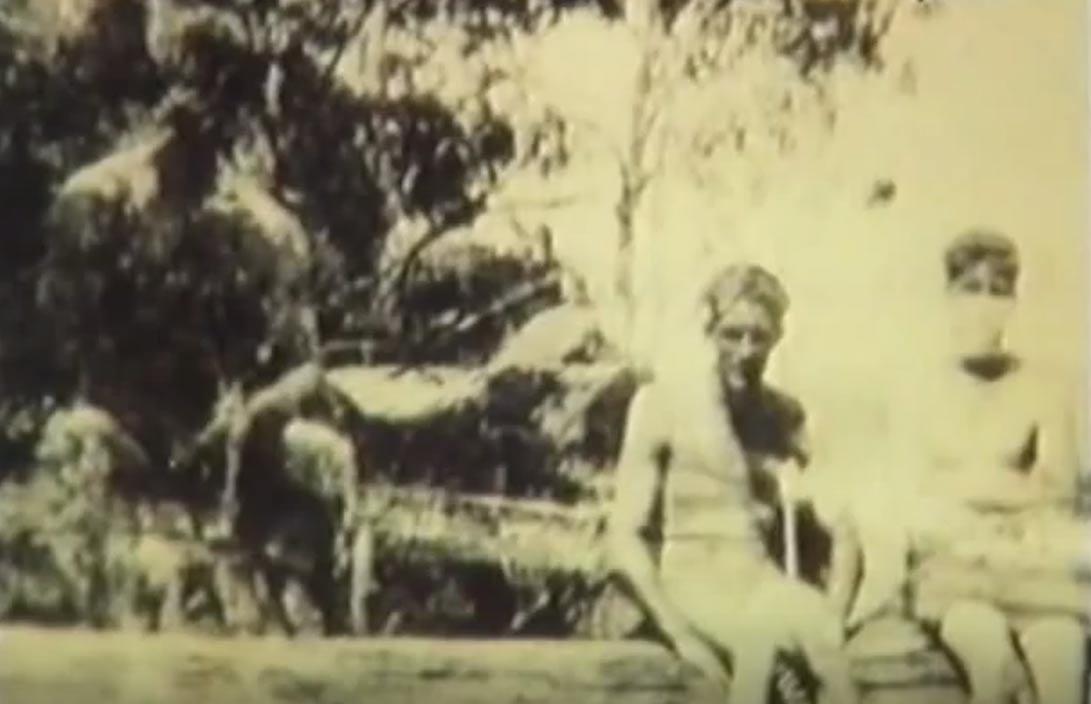 La misteriosa fotografía tomada por Rich Jones en Batlow, Nueva Gales del Sur. Según algunos, la oscura figura que parece estar sentada al fondo a la izquierda es un Yowie (1932) (Youtube)