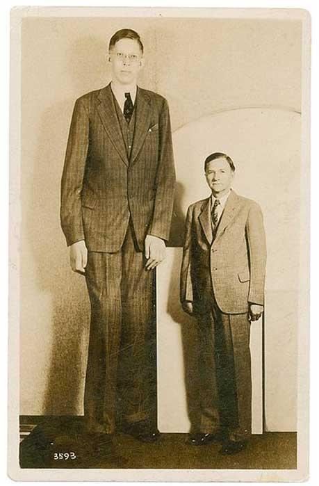 Postal de Robert Wadlow con su padre. (Dominio público)