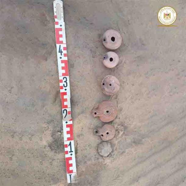 Vasijas de cerámica encontradas en el sitio de Shiha Fort. (Ministerio de Turismo y Antigüedades de Egipto)