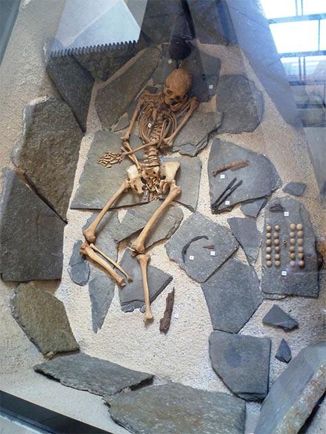 Tumba reconstruida de un cementerio vikingo en Orkney. Una exposición en el Museo Nacional de Escocia. (Kim Traynor / CC BY-SA 3.0)