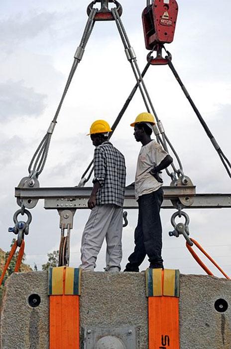 Trabajadores durante la reinstalación de Aksum Obelisk. (Eric00000007 / CC BY-SA 3.0)