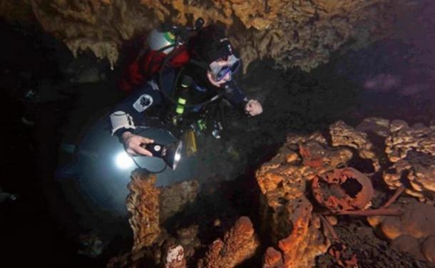 Restos humanos de hace 9.000 años en un cenote de Tulum. (Imagen: Eugene Acevez, del Instituto de la Prehistoria Americana)