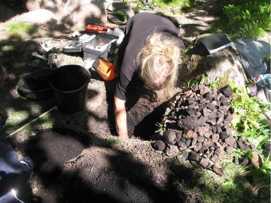 Los investigadores excavaron también en el refugio de roca, encontrando en su interior huesos de animales. Foto: Ludvig Papmehl-Dufay