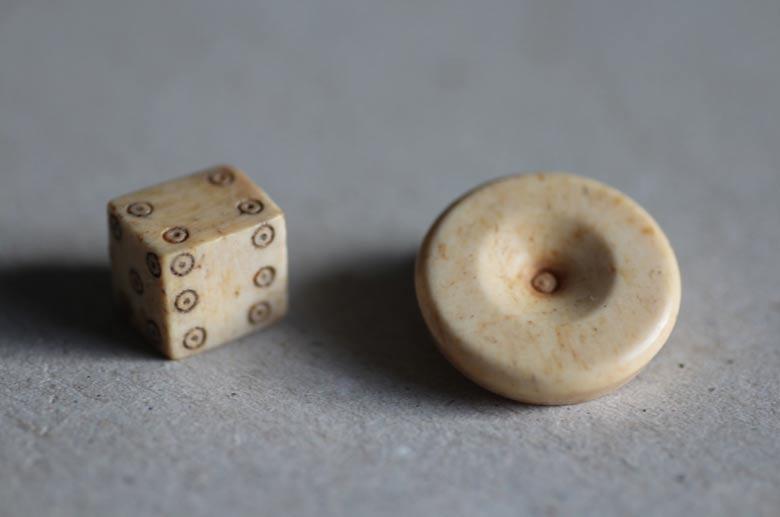 El arqueólogo profesor Thomas Maurer y su equipo de estudiantes descubrieron algunos objetos interesantes, entre los que había incluso un dado. (Foto: Thomas Maurer)