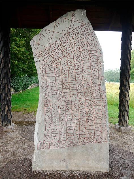 La piedra rúnica vikinga del siglo XI incluye una inscripción antigua que ha abierto una ventana a otra época, e incluso evidencia un nombre femenino desconocido hasta ahora. (Ingemar Lundgren / Museo Västervik)