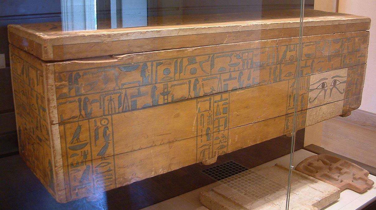 Sarcófago externo del Canciller Nakhti, hallado en Asyut y datado en la 12ª Dinastía (1950 a. C. – 1900 a. C.). (Fotografía: Guillaume Blanchard/Wikimedia Commons)
