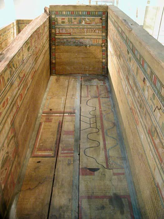 Sarcófago del Reino Medio con Textos de Ataúd y un mapa del inframundo pintado en sus paneles. (Jon Bodsworth / Uso libre con derechos de autor)