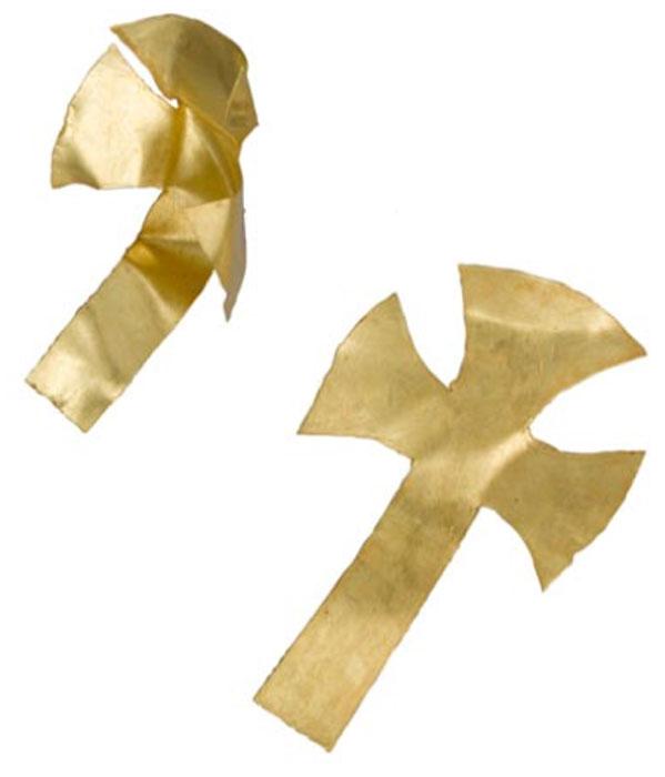 Se cree que las cruces de oro se colocaron sobre los ojos del hombre que se encuentran en el sitio de entierro de Prittlewell. (MOLA)