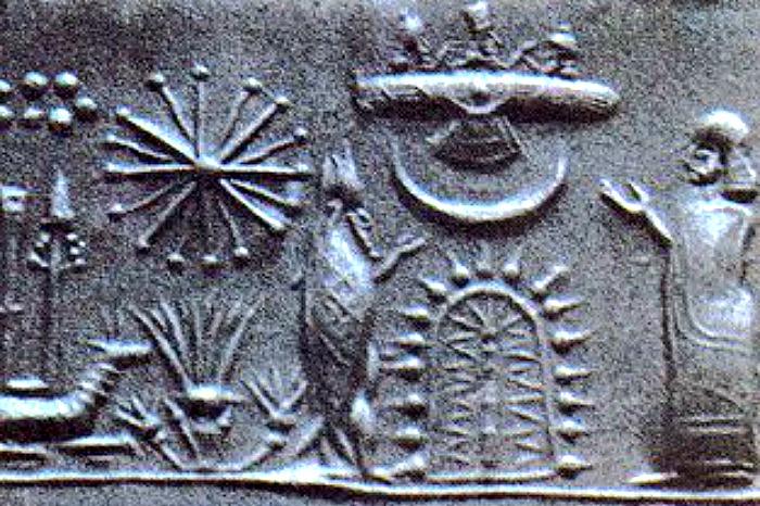 Sello del I milenio a. C. que nos muestra las figuras de un devoto y de un sabio ataviado como un pez ante un árbol sagrado esquemático sobre el que se observan una luna creciente y un disco alado. (Public Domain)