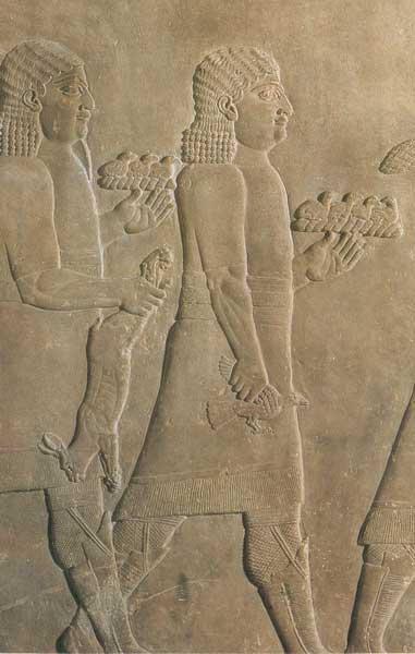 Los criados regresan de una cacería real con una liebre y pajaritos. Alivio del palacio de Ashurbanipal en Nínive, siglo VII a. C. (Biblioteca de la Universidad de Yale)