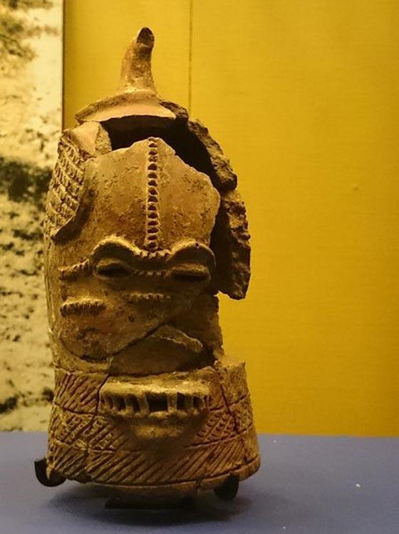 Una de las cabezas de Lydenburg más pequeñas con dientes visibles, Lydenburg, Sudáfrica