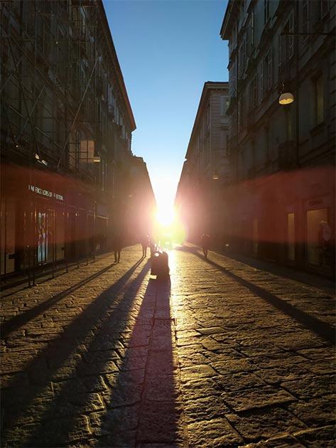 La alineación solar en esta antigua calle de Turín se produce alrededor del 4 y 5 de febrero, y es visible durante unos minutos por la mañana. Se cree que el fenómeno es en honor del emperador Octavio. (Guido Cossard)