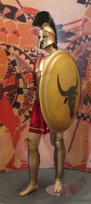 El soldado que usó el casco corintio durante las guerras greco-persas habría estado vestido para la batalla así. (Tilemahos Efthimiadis / CC BY-SA 2.0)