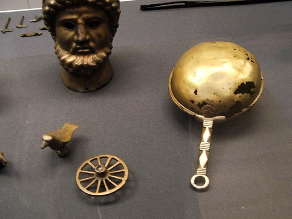 Sonajero de bronce de la antigua Roma utilizado en rituales religiosos de exorcismo contra demonios y espíritus malignos. (Tallis Keeton/CC BY 2.0)