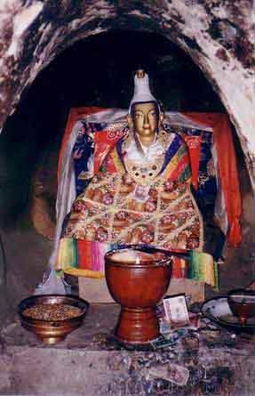 Songtsen Gampo: el primer emperador del Imperio tibetano. Esta estatua de él se encuentra en su cueva de meditación en Yerpa. (El cargador original fue John Hill en Wikipedia en inglés. / CC BY-SA 3.0)