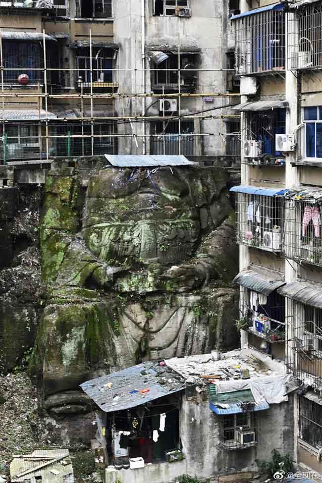 """La enorme estatua de 'Buda' sin cabeza fue descubierta en un complejo residencial en Chongqing, suroeste de China. (Foto del usuario de Weibo """"全现在"""")"""