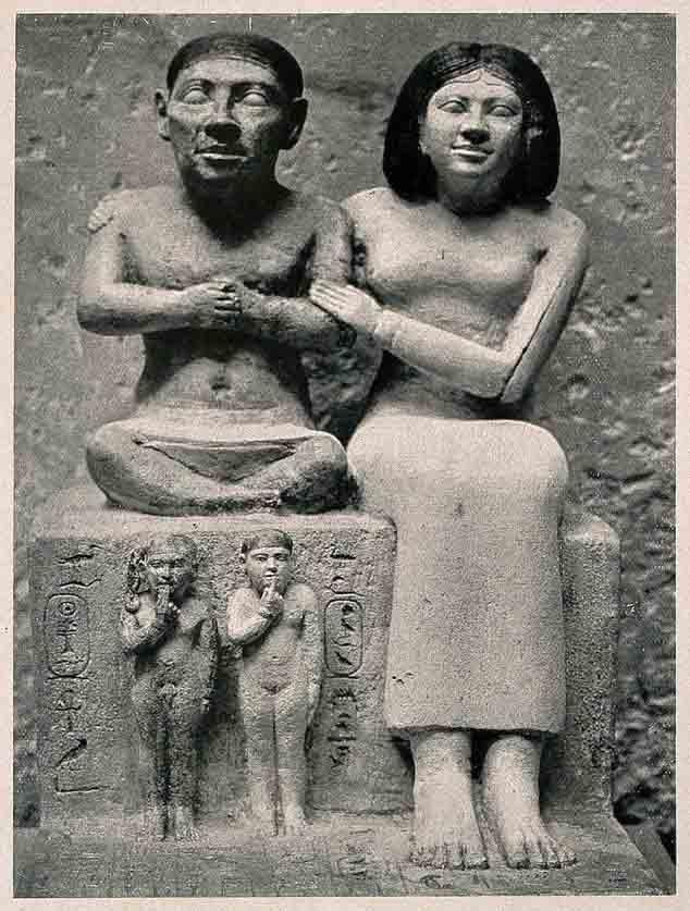 La estatua de Seneb con su familia que se encuentra en el Museo de El Cairo ha llevado a los egiptólogos a creer que Seneb sufría de acondroplasia, una de cuyas características es el enanismo. (Imágenes de Bienvenida / CC BY 4.0)