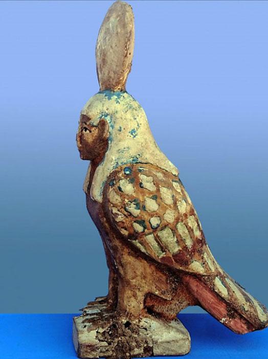 """Estatuilla del pájaro Ba, una figura de ave en parte y en parte humana que representa el """"alma del difunto"""", que se encuentra dentro de la tumba. Crédito: Ministerio de Antigüedades."""