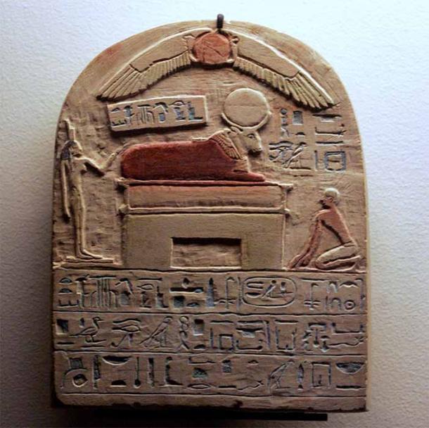 Estela dedicada a Apis del 643 a.C., que muestra al dios toro encima del faraón abajo y a la derecha. (museo del Louvre / CC BY-SA 2.0 FR)