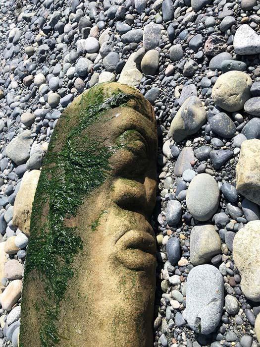 La talla de piedra fue descubierta por Bernhard Spalteholz mientras caminaba por una playa en la Colombia Británica, Canadá. Desde entonces, la obra de arte canadiense ha provocado controversia debido a su posible identificación errónea por parte de un arqueólogo del Museo Real de Colombia Británica. (Bernhard Spalteholz / Museo Real de Columbia Británica)