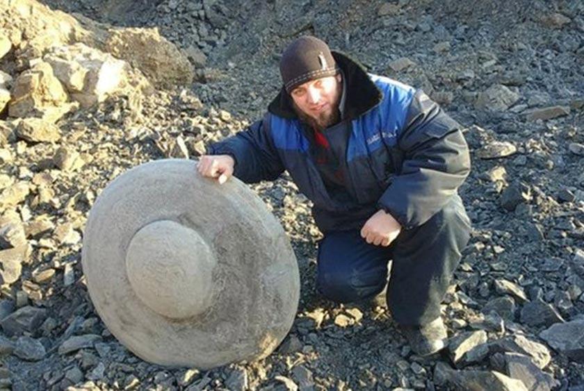 El disco de piedra desenterrado en Rusia por una compañía minera de carbón (ufo2day/twitter)