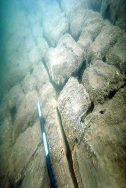 Característica de piedra en la ciudad sumergida. (Sa Defenza)