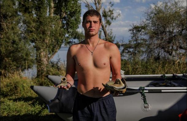 Estudiante-Muestra-objetos-recuperados-del-lago-Issyk-Kul