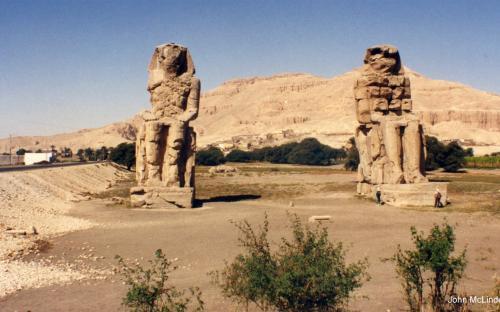 Enormes estatuas de Amenhotep III (por John McLinden)