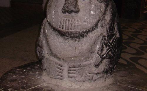 Banca en forma de un monolito de la cultura Chavín