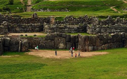 Panorama del sitio Inca Sacsayhuamán en Cusco, Perú (CC BY-SA 3.0)