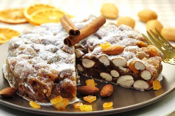 Panaforte es un postre italiano, una especie de tarta de frutas, que contiene frutas y frutos secos. (Printemps / Adobe Stock)