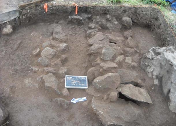 Los investigadores estudian tumbas cist en Saba. (J Haviser / Antiquity Publications Ltd)