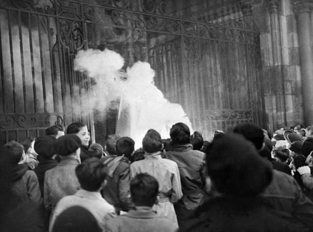 El 24 de diciembre de 1951, una efigie de Santa Claus fue quemada en la catedral de Dijon con el argumento de que era un personaje pagano que no existe. Archivos / AFP (La conversación)