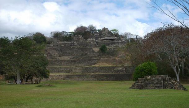 La acrópolis de Toniná, ocupando siete terrazas sobre una ladera.