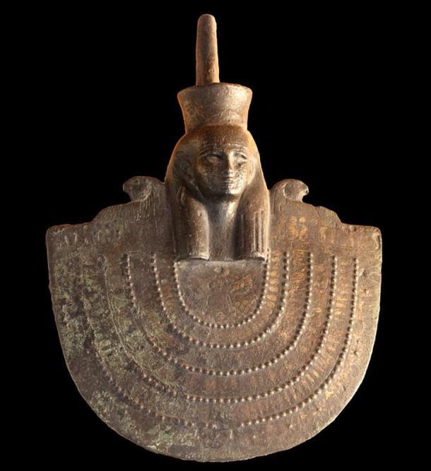 Escudo de Neith perteneciente al Último Período, dinastía XXVI (664 -525 a. C.) bronce dorado, Museo de Bellas Artes de Lyon. Fotografía de Rama.