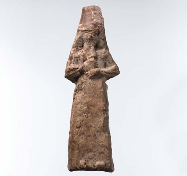 Apkallu figura masculina con capucha de piel de pez. Durante el período neo-asirio, los practicantes de la magia protegieron los espacios interiores de los edificios al depositar un conjunto de figuras debajo del piso de la habitación. Este artefacto probablemente sirvió para esa función. (Museo Metropolitano de Arte)