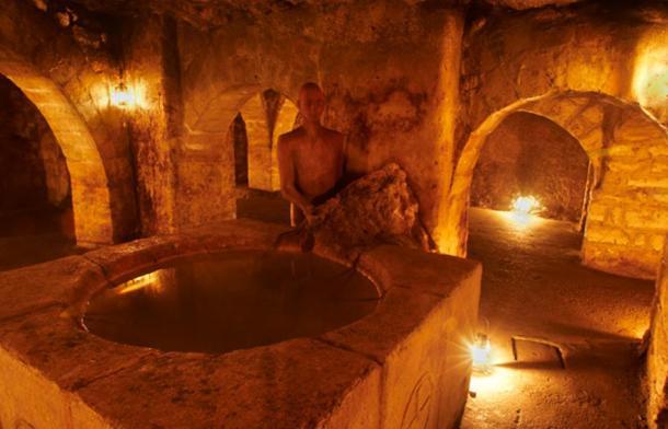 Bóvedas arpadianas con la fuente bautismal - Laberinto del Castillo de Buda