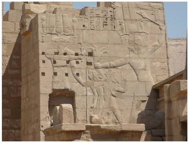 Bajorrelieve de Ramsés III combatiendo a los Pueblos del Mar, en Migdol, Medinet Habu, Necrópolis Tebana, Egipto