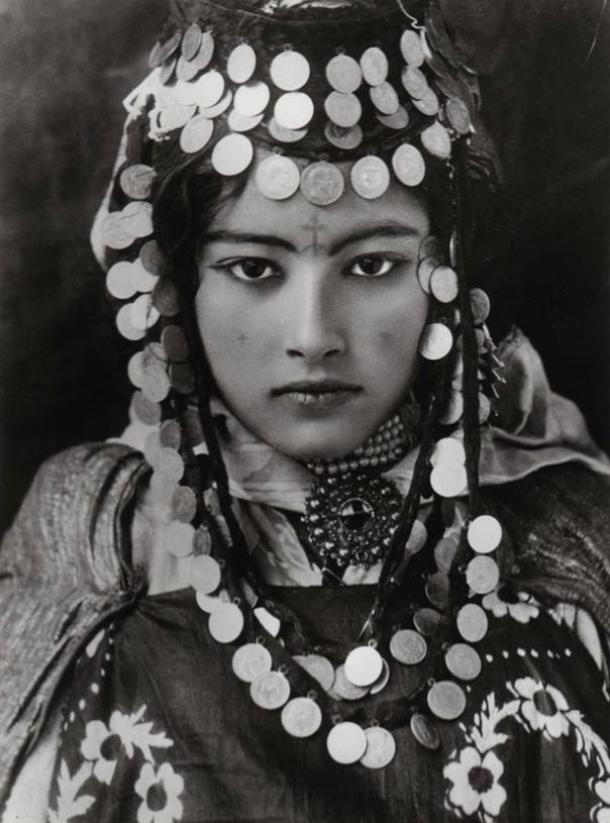 Una bella joven bereber de Túnez, con tatuaje y joyas tradicionales (principios del siglo XX). Fotografía de Rudolf Lehnert. 1905.