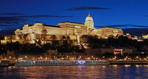 El increíble e inmenso castillo de Buda en Budapest, sobre el río Danubio.