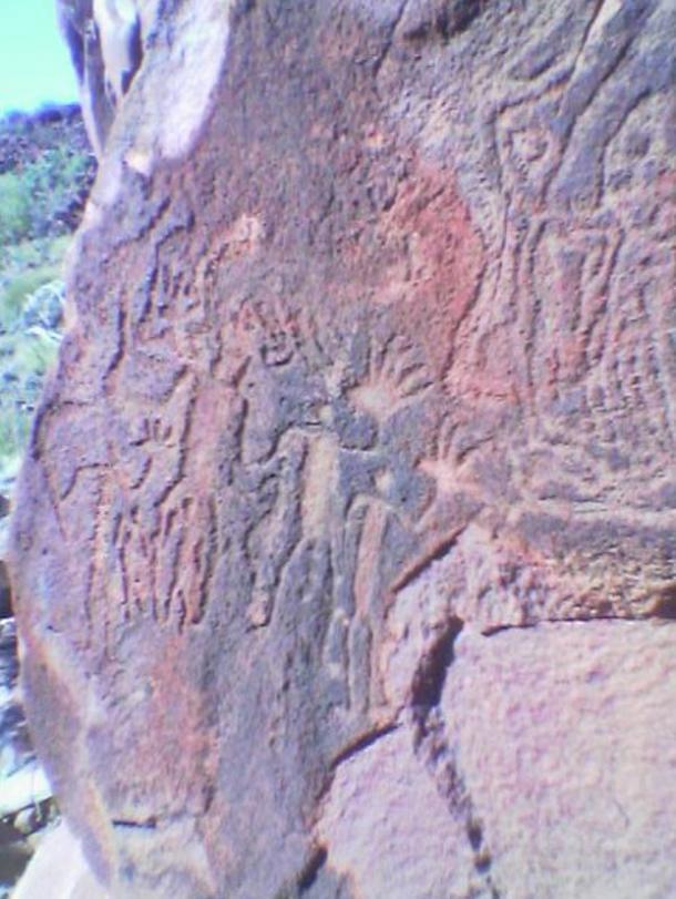 Arte rupestre representando personas con manos grandes en Burrup