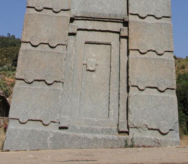 Cerca del obelisco que muestra la puerta falsa. (Knovakov / Adobe)