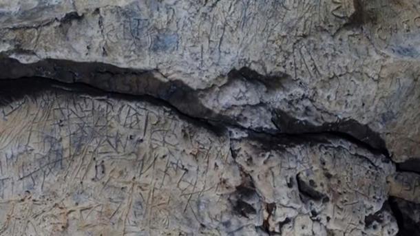 Cientos de marcas anti-brujas se han encontrado en cuevas en Creswell Crags. (Noticias ITV)