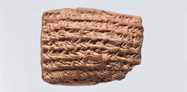 El encantamiento gula. La escritura en esta tablilla le pide a Gula y Marduk (identificados por su nombre sumerio, Asalluhi) que ayuden a curar a un paciente que se cree fue atacado por un fantasma. (El Museo Metropolitano de Arte)