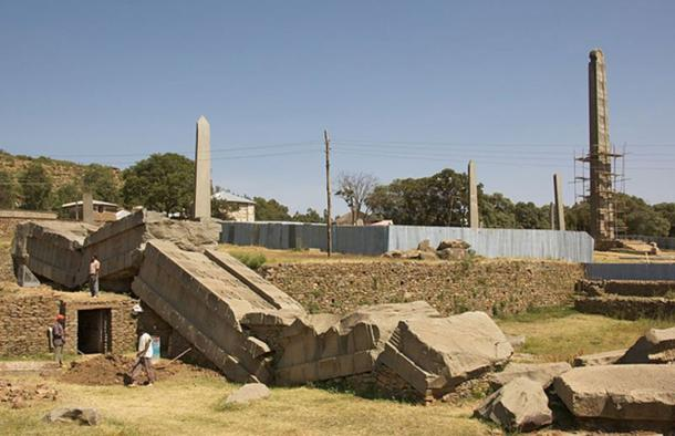 """Esta foto muestra parte del parque de las estelas del norte en Axum, Etiopía. A la izquierda están los restos destrozados del Gran Obelisco, a la derecha está el obelisco de 27 metros de altura (algunos dirían que tiene 23 metros de altura) llamado """"Estela del rey Ezana"""". (Magnus Manske / CC BY-SA 2.0)"""