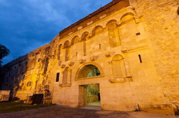 Portón de oro: entrada norte del Palacio de Diocleciano