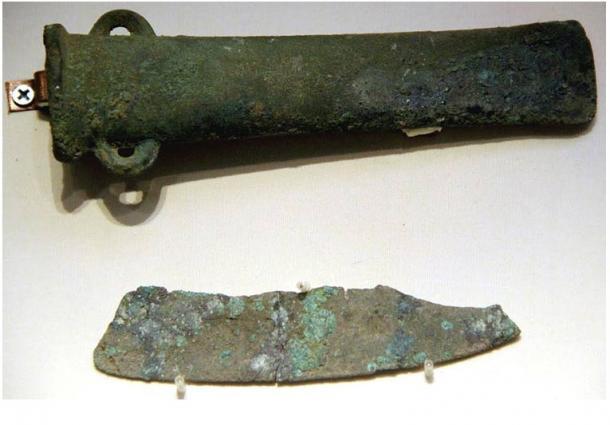 Hacha de bronce & cuchillo de cobre, cultura Qijia , Gansu. Museo Nacional de China, Beijing, 2011.